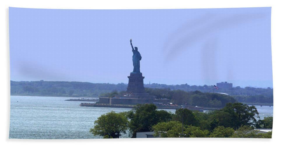 Statue Of Liberty Hand Towel featuring the photograph Statue Of Liberty by Donna Walsh