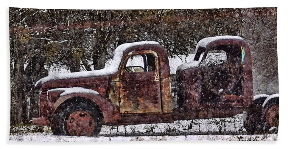 Wire Hand Towel featuring the photograph Stretch Limo In The Blizzard by Gary Holmes