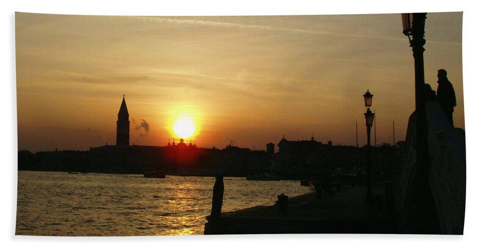 Sundown In Venice Bath Towel featuring the photograph Sundown In Venice by Ellen Henneke