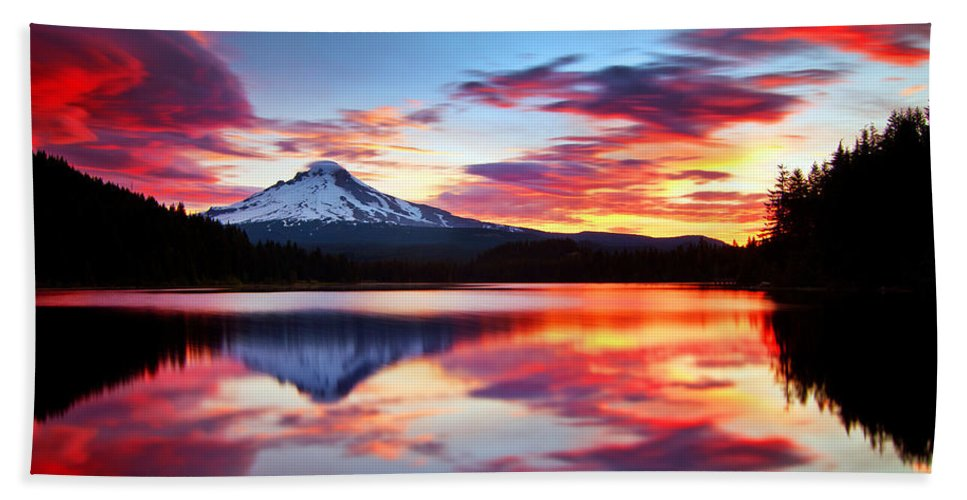 Mount Hood Bath Towel featuring the photograph Sunrise on the Lake by Darren White