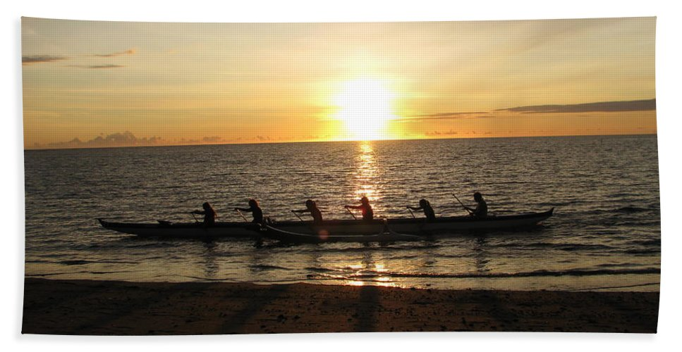 Anaehoomalu Bay Hand Towel featuring the photograph Sunset At Anaeho'omalu Bay by Jeff Stoddart