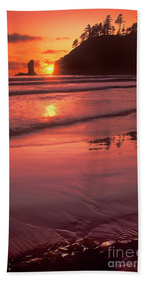 North America Hand Towel featuring the photograph Sunset At Second Beach Olympic National Park by Dave Welling
