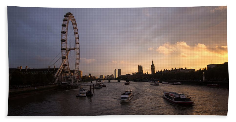 Westminster Hand Towel featuring the photograph Sunset In London by Dawn OConnor