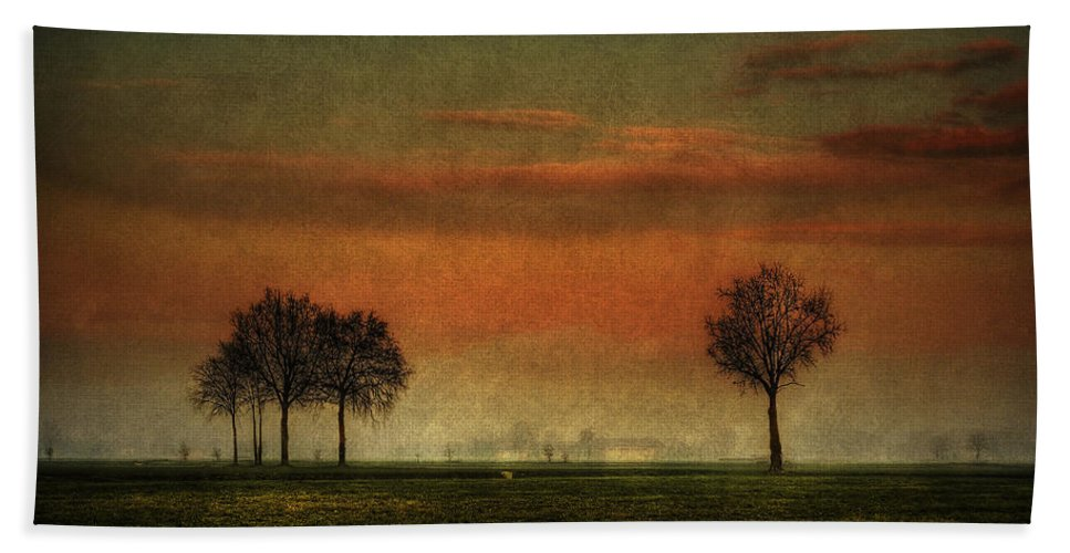 Albairate Hand Towel featuring the photograph Sunset Over The Country by Roberto Pagani