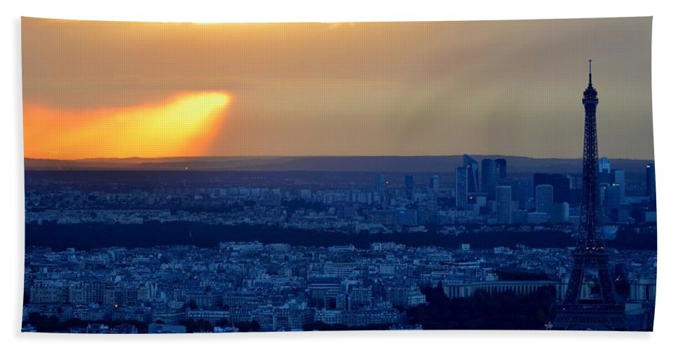 Eiffel Tower Hand Towel featuring the photograph Sunset Over The Eiffel Tower by Toby McGuire