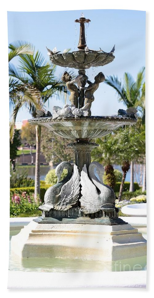 Lakeland Hand Towel featuring the photograph Swan Fountain In Lakeland by Carol Groenen
