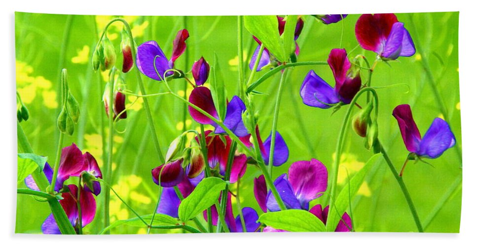 Sweet Pea Flowers Hand Towel featuring the photograph Sweet Peas by Byron Varvarigos
