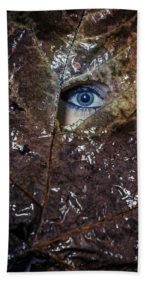 Female Hand Towel featuring the photograph The Eye by Joana Kruse