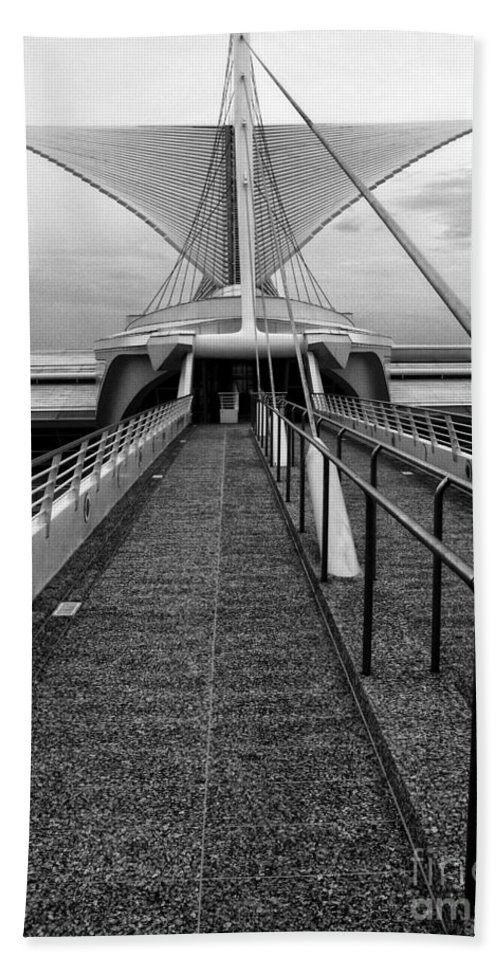 Milwaukee Art Museum Bath Sheet featuring the photograph The Walkway by Claudia Kuhn