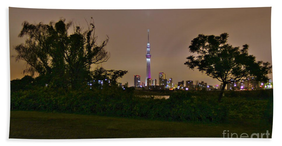 Miyabi Hand Towel featuring the photograph Tokyo Skytree by Jay Mann