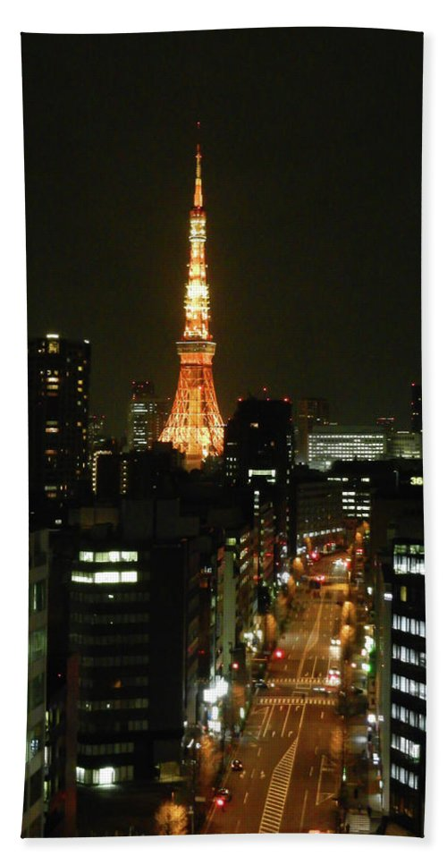 Guy Whiteley Photography Bath Sheet featuring the photograph Tokyo Tower At Night by Guy Whiteley