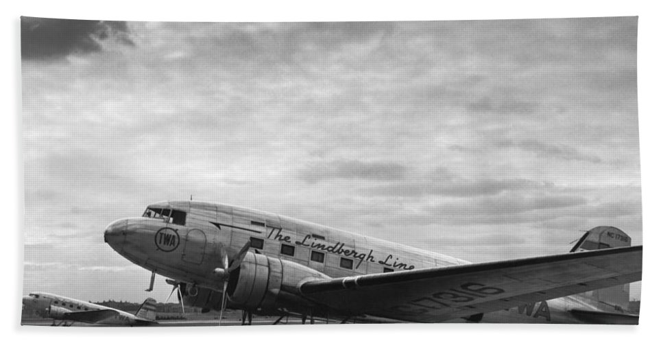 1930's Hand Towel featuring the photograph Twa Dc-3b Aircraft by Underwood Archives