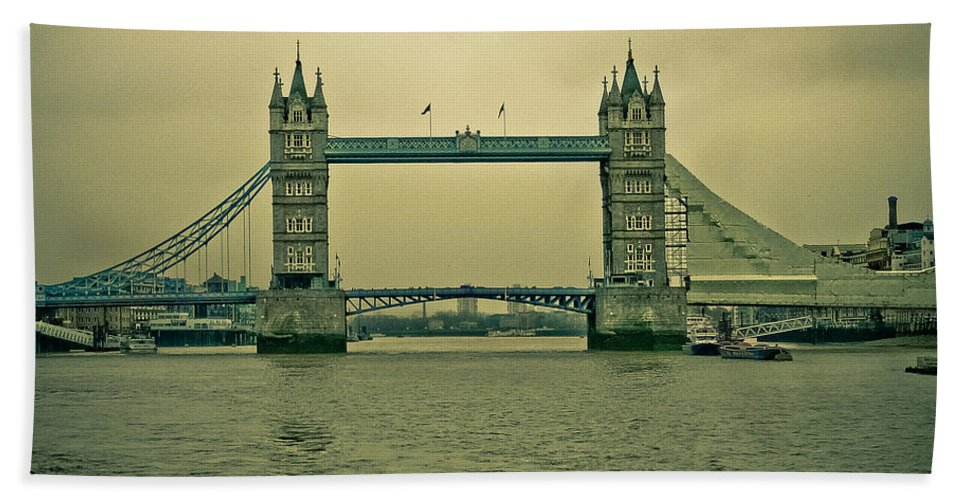 Iconic Hand Towel featuring the photograph Vintage Tower Bridge by Eti Reid