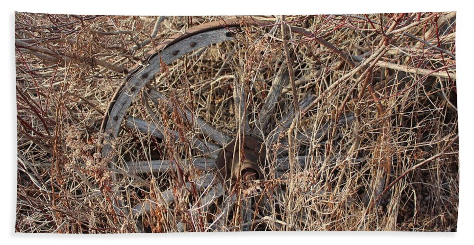 Wagon Wheel Bath Sheet featuring the photograph Wagon Wheel_7438 by Joseph Marquis