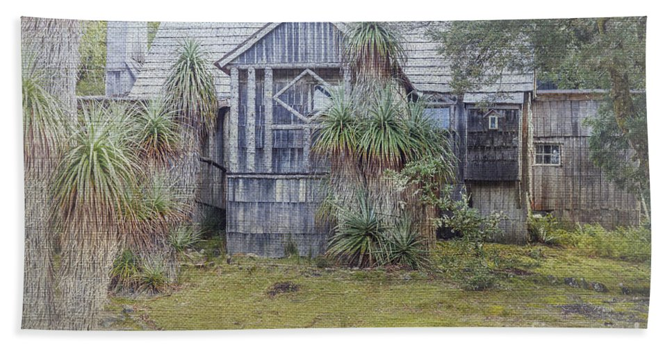 Places Hand Towel featuring the photograph Waldenheim Weindorfers Chalet Tasmania by Elaine Teague