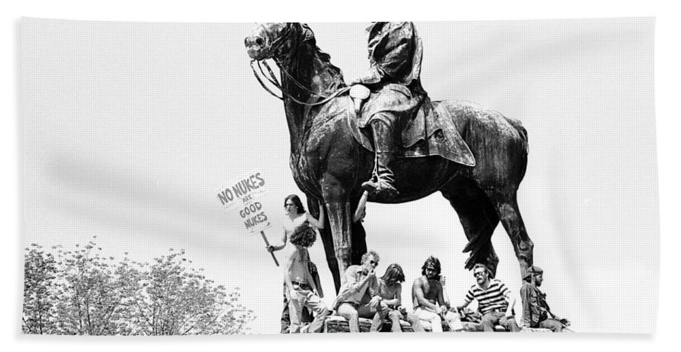 Statue Hand Towel featuring the photograph Wash D.c. 1979 by Ed Weidman