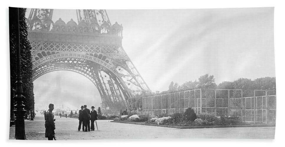 1914 Bath Sheet featuring the photograph Wwi Eiffel Tower, C1914 by Granger