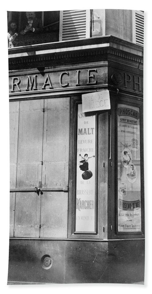 1914 Bath Sheet featuring the photograph Wwi Paris, C1914 by Granger