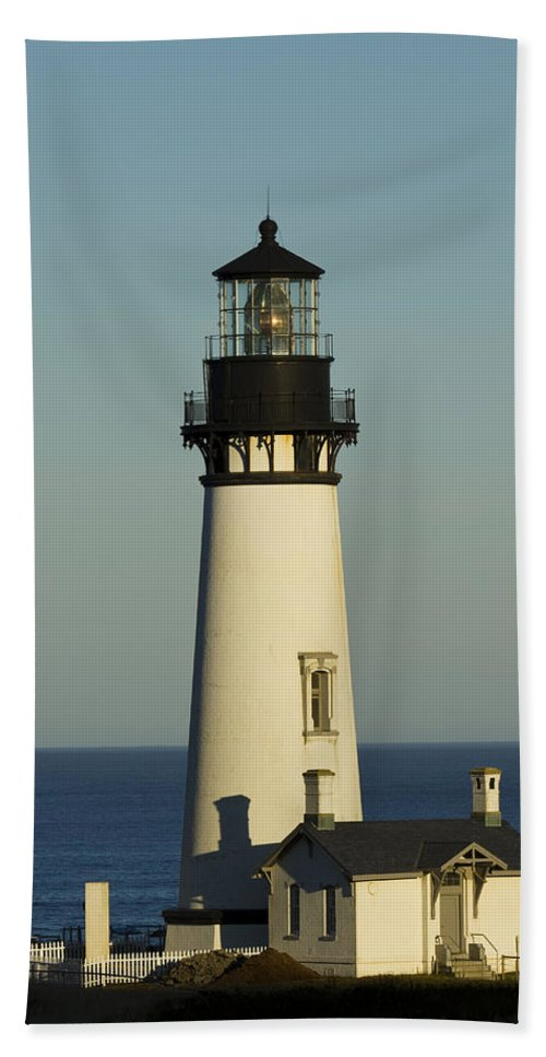 Yaquina Bath Sheet featuring the photograph Yaquina Head Lighthouse 4 B by John Brueske