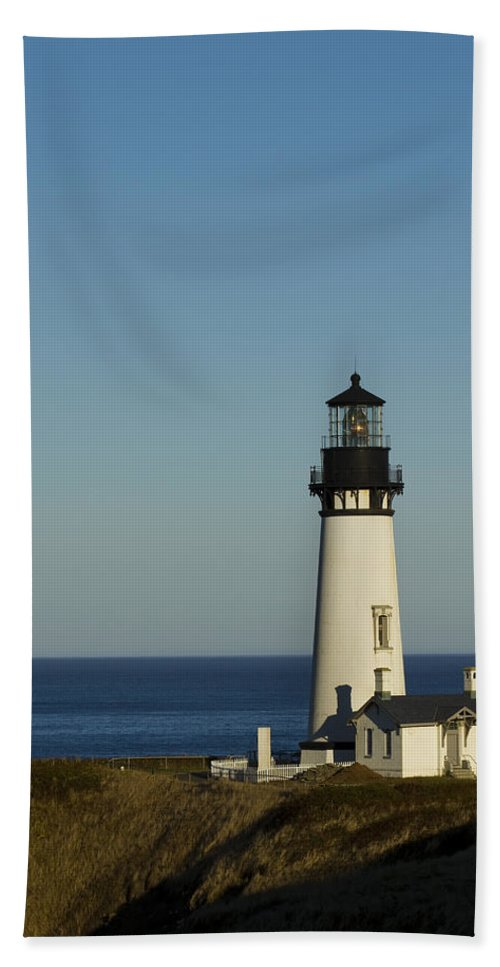Yaquina Bath Sheet featuring the photograph Yaquina Head Lighthouse 4 E by John Brueske