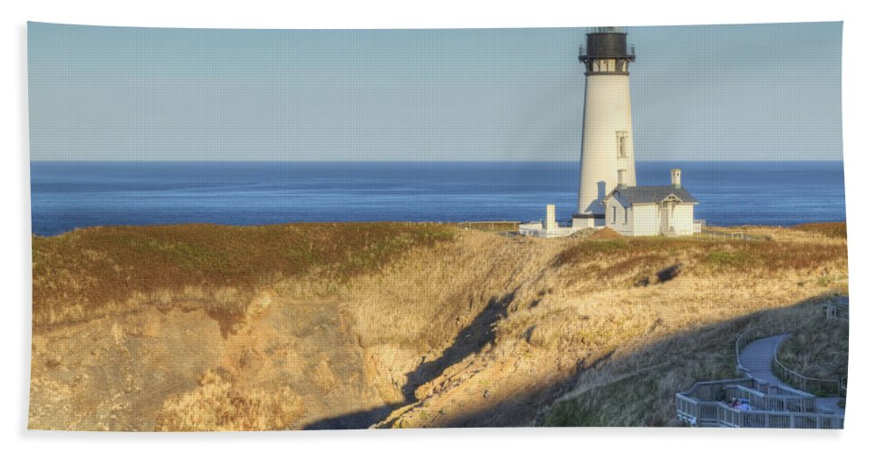 Yaquina Bath Sheet featuring the photograph Yaquina Head Lighthouse 4 G by John Brueske