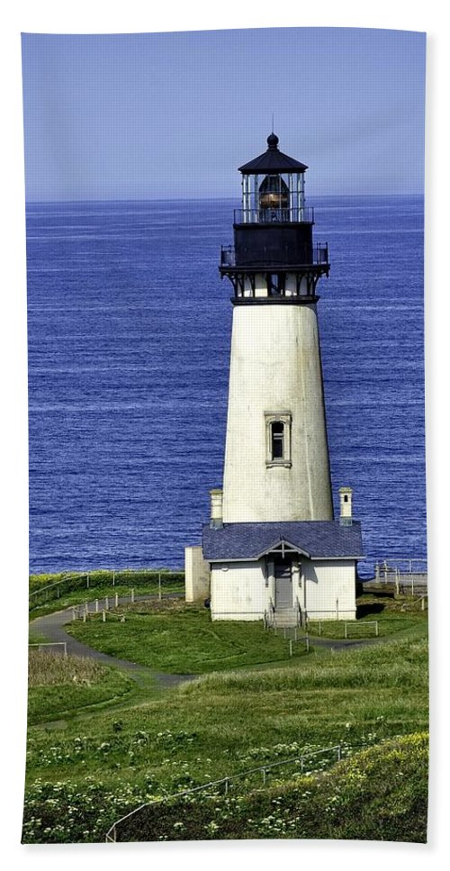 Newport Hand Towel featuring the photograph Yaquina Historic Lighthouse by Image Takers Photography LLC - Laura Morgan