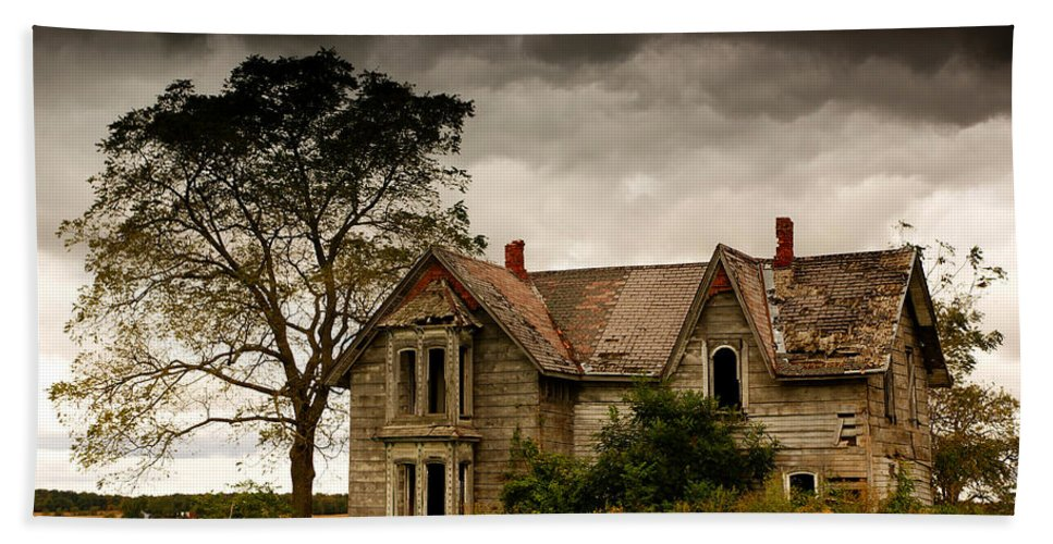 Farm Bath Sheet featuring the photograph Abandoned House by Cale Best