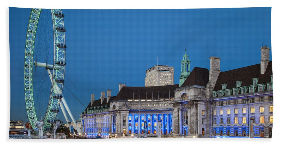 Attraction Bath Sheet featuring the photograph London Eye by Brian Jannsen