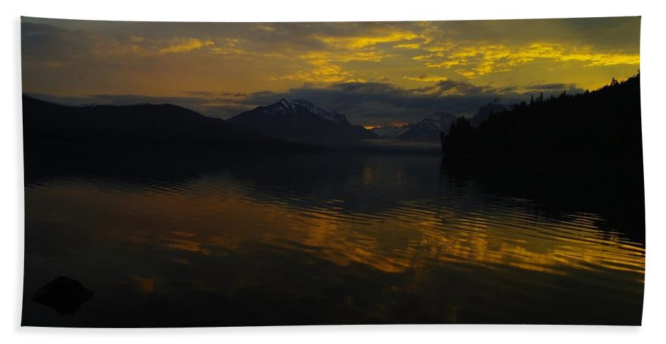 Hand Towel featuring the photograph Serenity by Jeff Swan