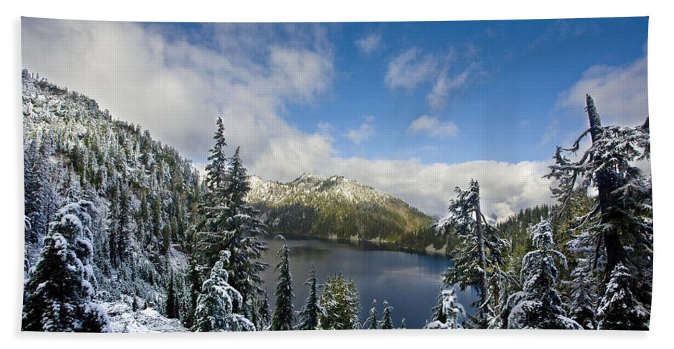 Snow Lake Bath Sheet featuring the photograph Snow Lake Vista by Mike Reid