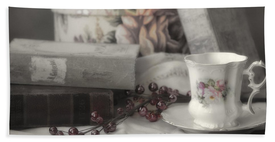 Books Hand Towel featuring the photograph Tea And Gulliver by Linda Dunn