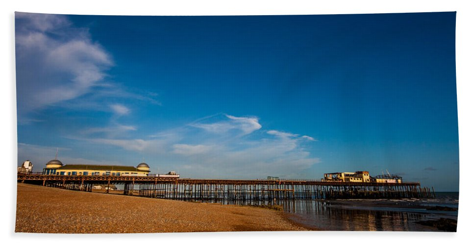 Beach Hand Towel featuring the photograph Hastings Pier by Dawn OConnor