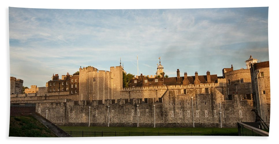 Tower Of London Hand Towel featuring the photograph Tower Of London by Dawn OConnor