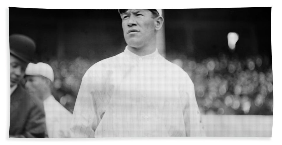 1913 Bath Sheet featuring the photograph Jim Thorpe (1888-1953) by Granger