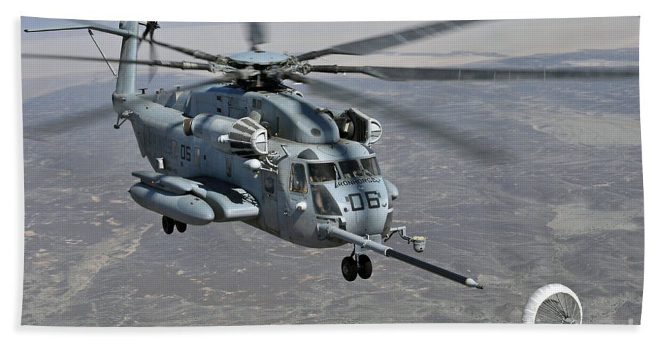 Ch-53e Super Stallion Hand Towel featuring the photograph A Ch-53e Super Stallion Approaches by Stocktrek Images