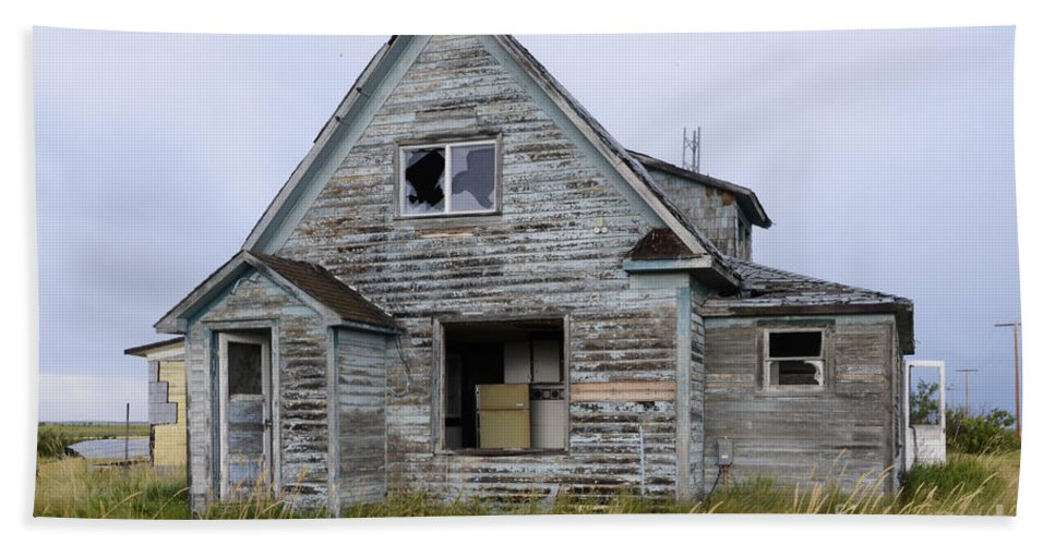 Kitchen Hand Towel featuring the photograph Abandoned House by Bob Christopher