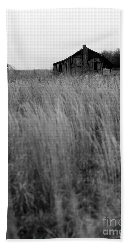 Landscape Bath Sheet featuring the photograph Abandoned Shack Bw by Mike Nellums