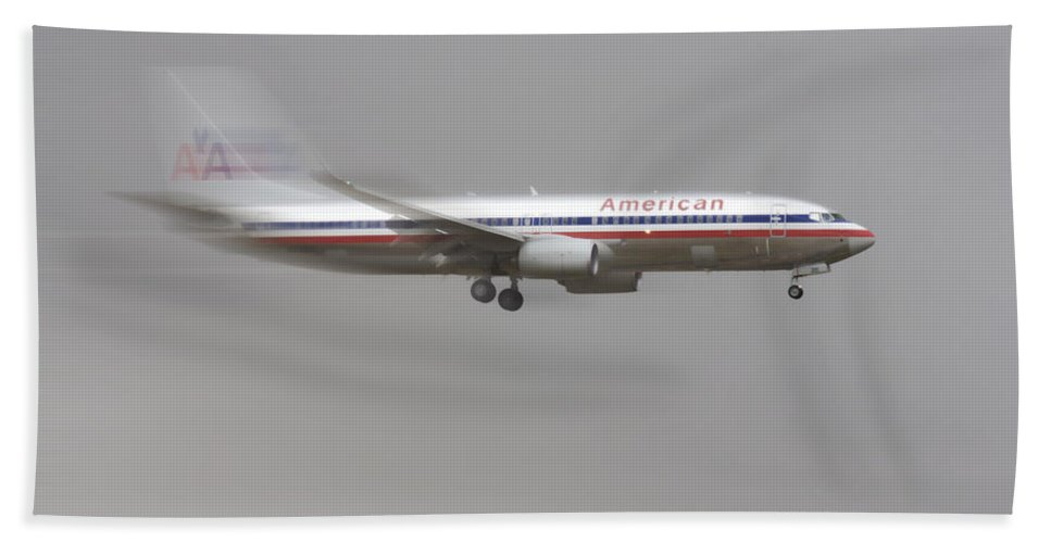 American Airlines Boeing 7 Series Landing At Dfw Airport Bath Sheet featuring the photograph American Airlines Boeing 7 Series Landing At Dfw Airport by Douglas Barnard