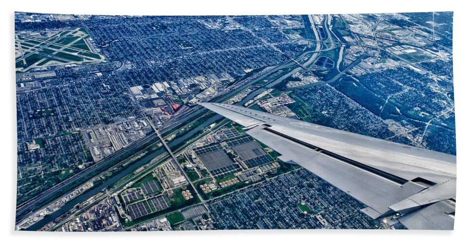 Chicago Bath Sheet featuring the photograph Approach Into Chicago by Robert Swinson