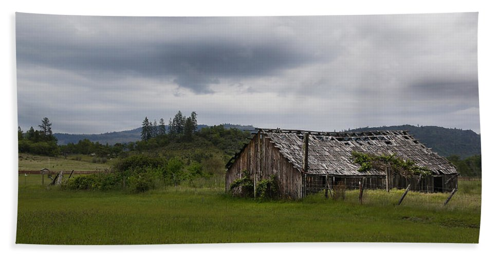 Barn Hand Towel featuring the photograph Barn Near Shady Cove by Mick Anderson