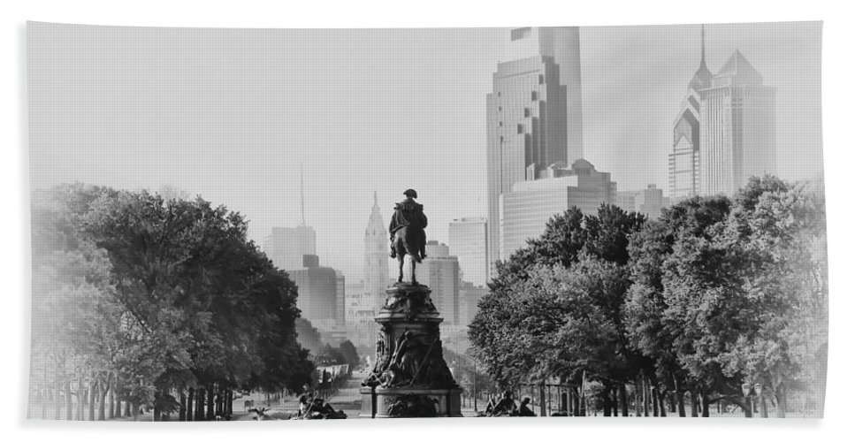 Benjamin Franklin Parkway In Black And White Bath Sheet featuring the photograph Benjamin Franklin Parkway In Black And White by Bill Cannon