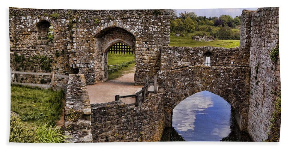 England Hand Towel featuring the photograph Bridge At Leeds Castle by Jon Berghoff