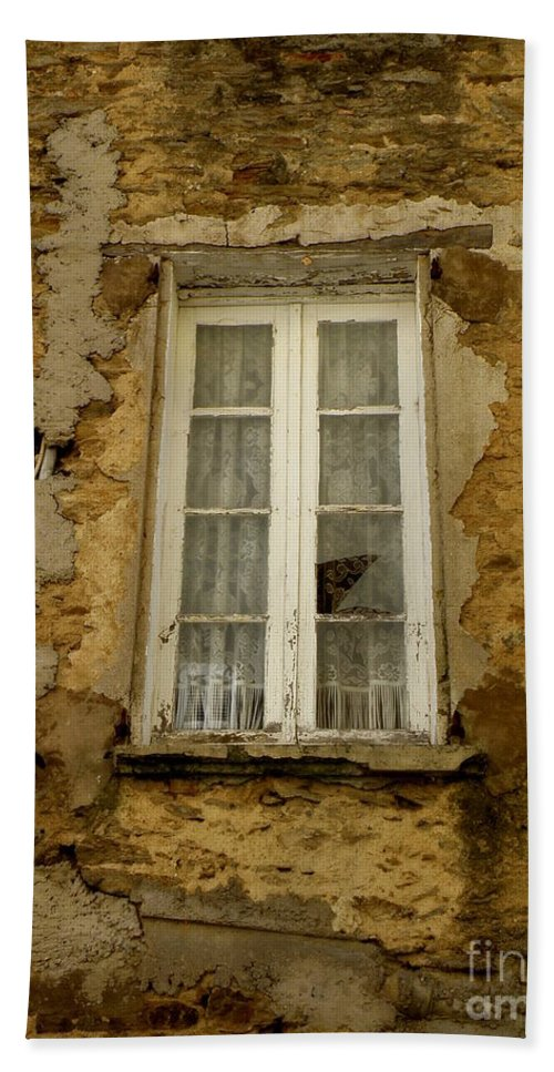 Window Bath Sheet featuring the photograph Broken Window by Lainie Wrightson
