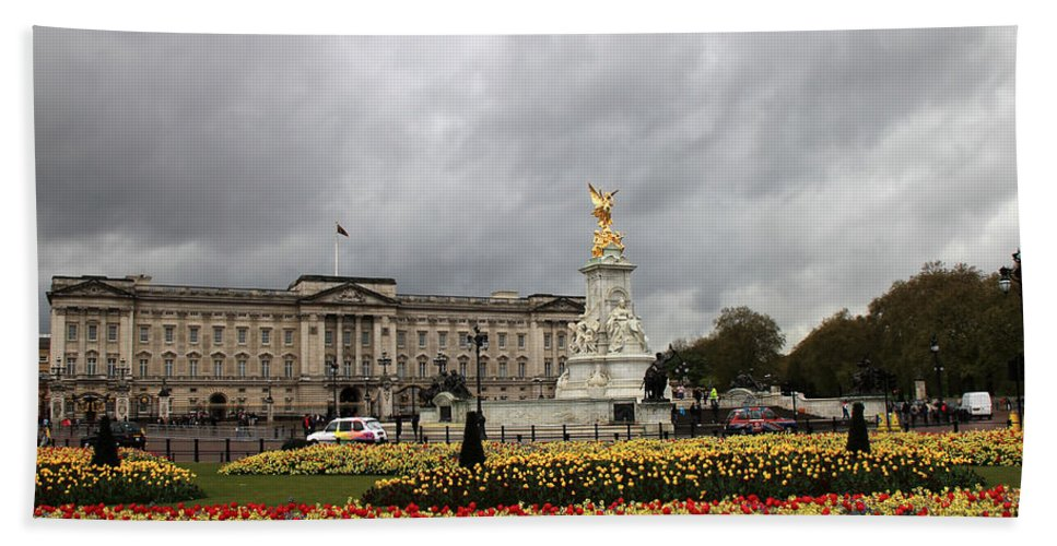 London Hand Towel featuring the photograph Buckingham Palace by Andrew Fare