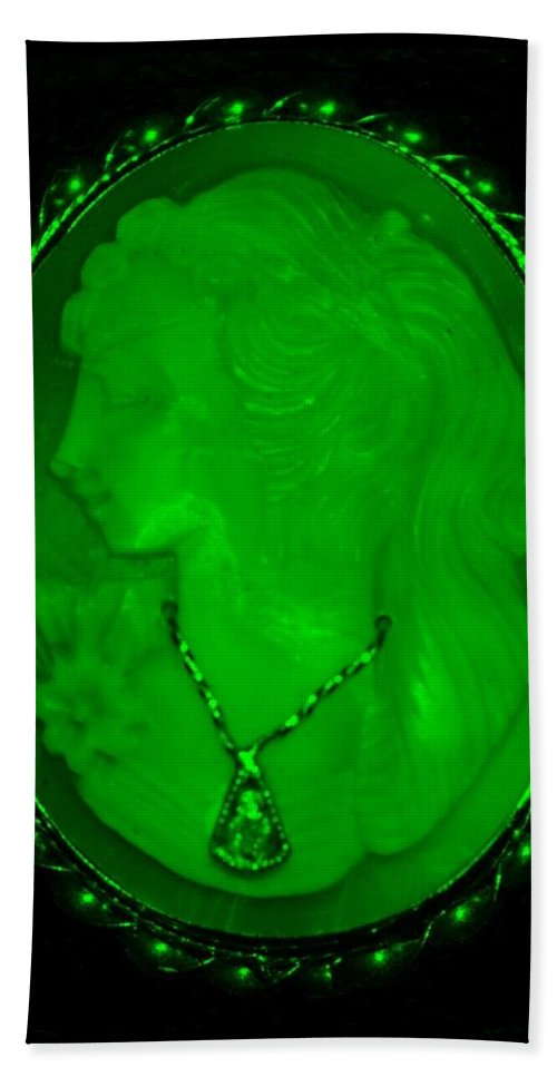 Cameo Bath Sheet featuring the photograph Cameo In Green by Rob Hans