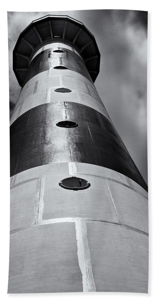 Cape Canaveral Hand Towel featuring the photograph Cape Canaveral Lighthouse Black And White by Roger Wedegis