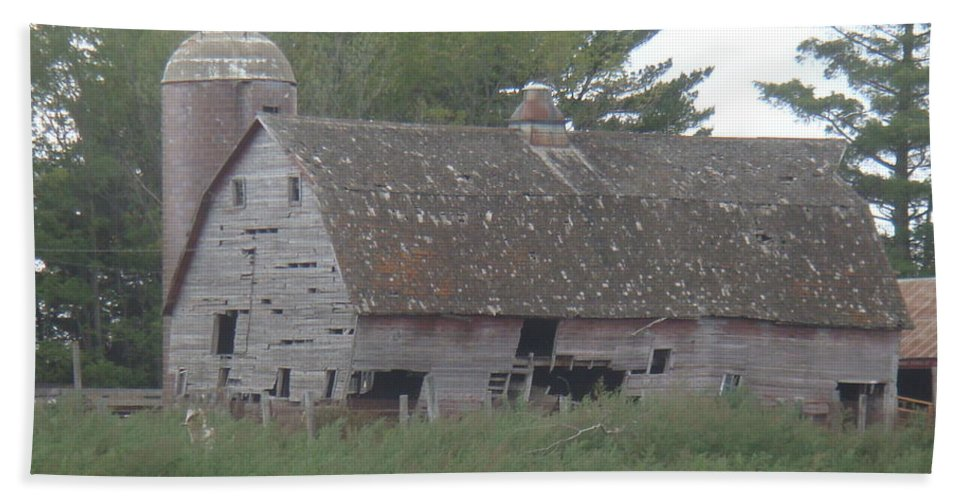 Barn Hand Towel featuring the photograph Deserted Barn by Bonfire Photography