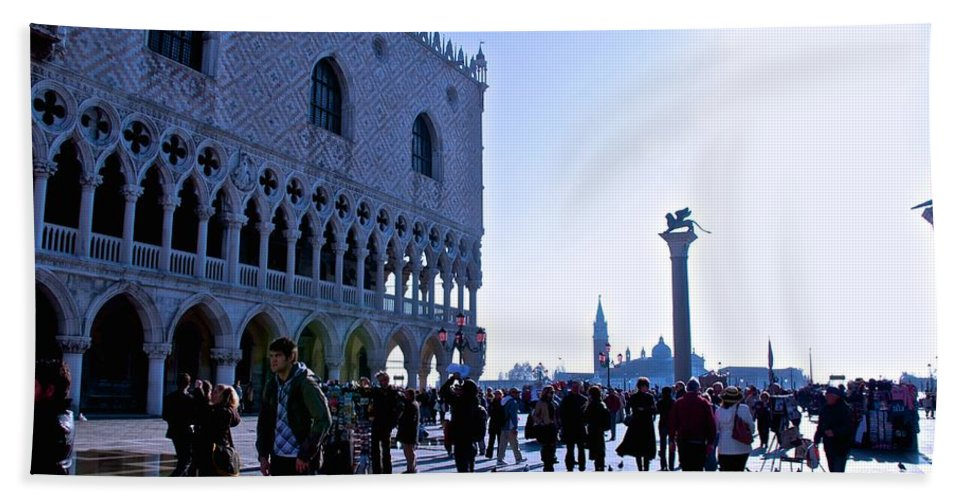 Doge's Palace Bath Towel featuring the photograph Doge's Palace by Eric Tressler