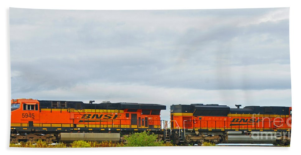 Trains Bath Towel featuring the photograph Double Bnsf Engines by Randy Harris