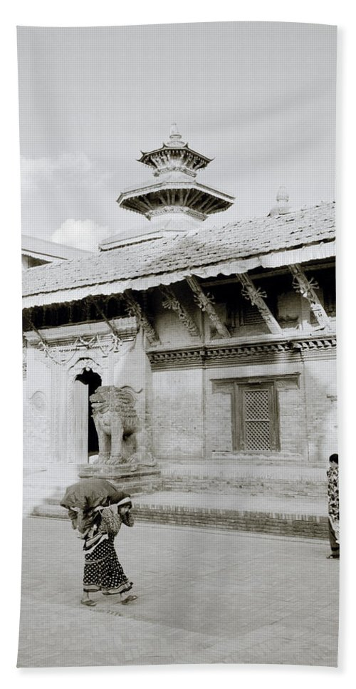 Black And White Hand Towel featuring the photograph Durbar Square by Shaun Higson